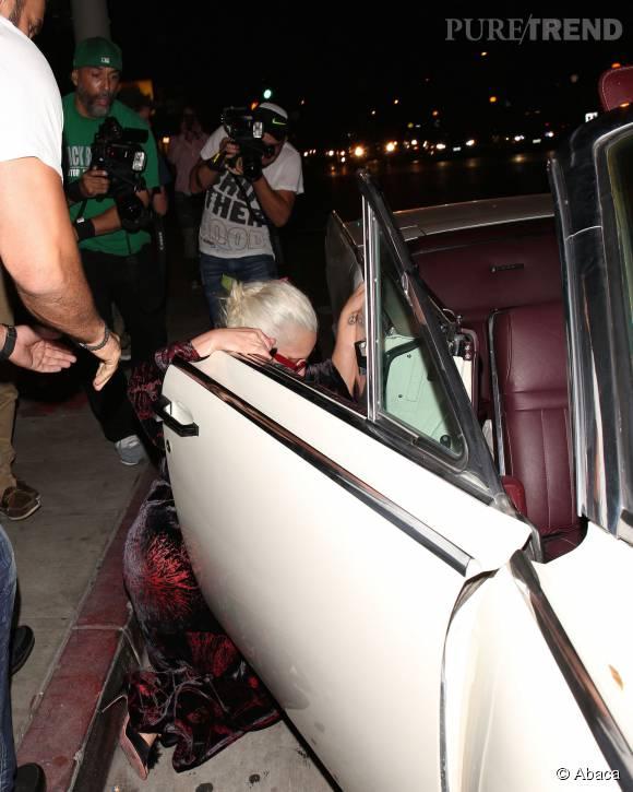 Ce mercredi 12 août 2015, en regagnant sa voiture, Lady Gaga a fait une belle chute.