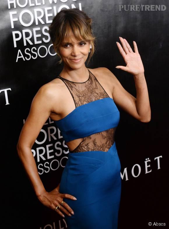 Halle Berry ne fait pas ses 49 ans, elle est radieuse dans sa robe bleue.