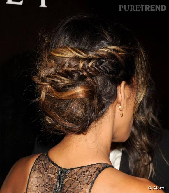 On adore la coiffure d'Halle Berry : un chignon bas brouillon, orné de quelques tresses épis.