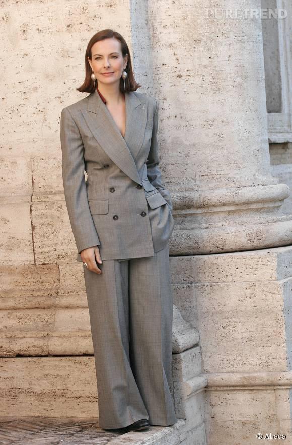 Carole Bouquet en tailleur veste et pantalon gris, en janvier 2006.