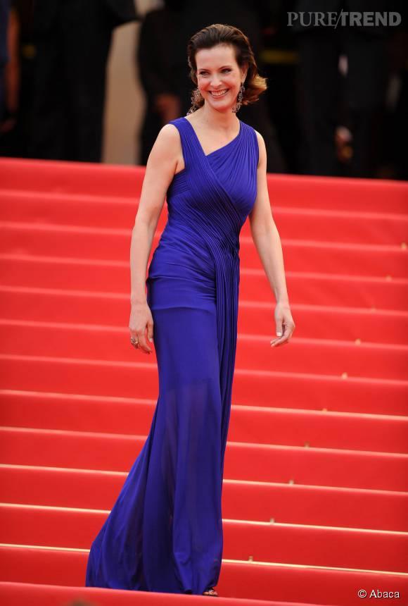 Carole Bouqueten magnifique robe asymétrique bleu-violet, au 64ème Festival de Cannes.