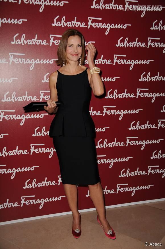 Carole Bouquetdévoile ses jambes dans une robe noire au-dessus du genoux en mars 2012.