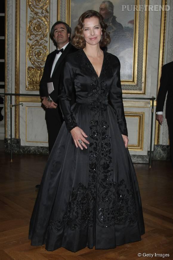 Carole Bouquet magnifique dans une longue robe noire, lors d'une soirée organisée au Château de Versailles, en décembre 2008.