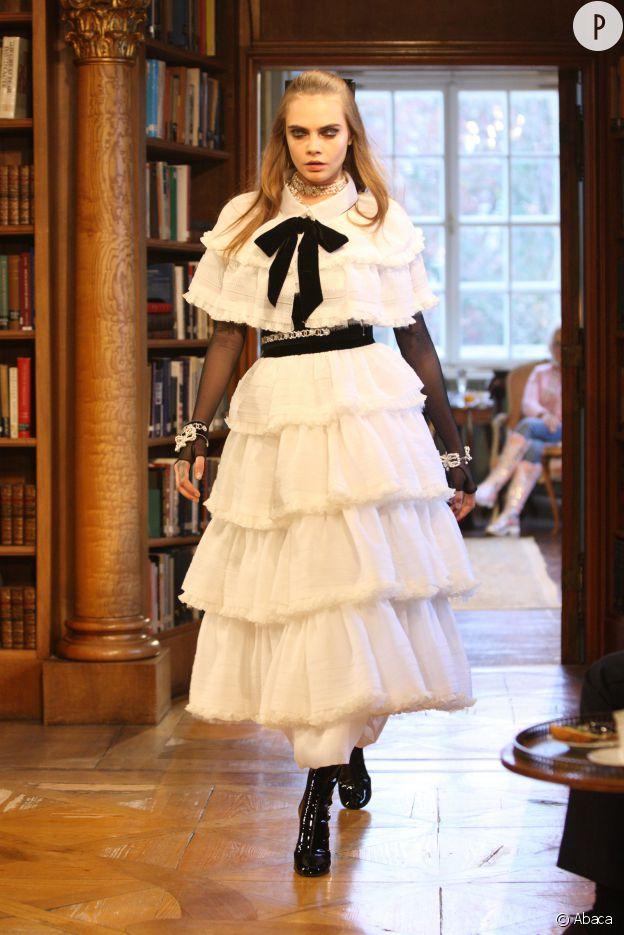 Cara Delevingne au défilé Chanel Métiers d'Art Paris-Salzburg.
