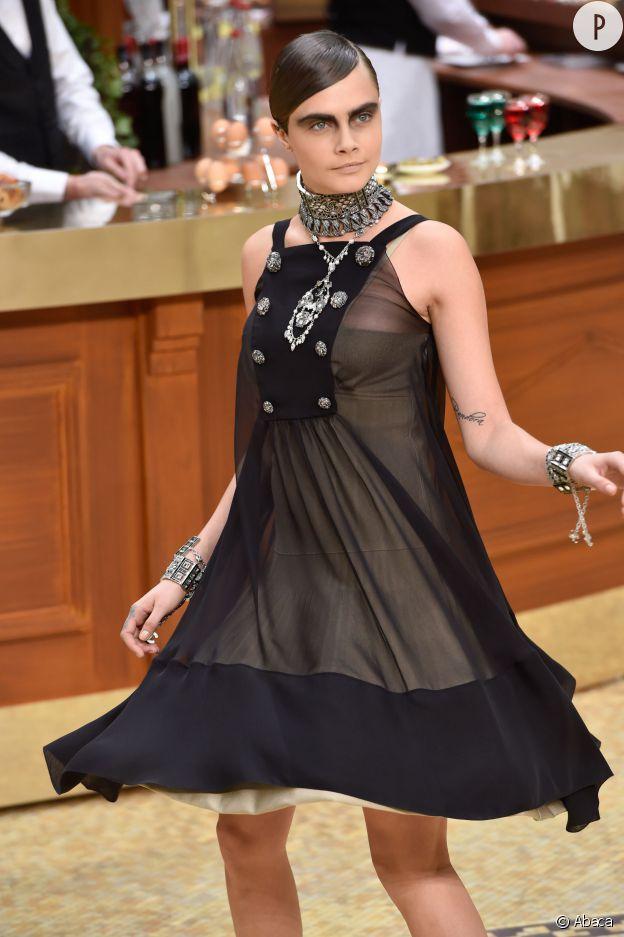 Cara Delevingne au défilé Chanel Automne-Hiver 2015/2016.