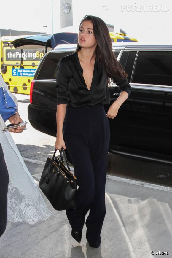 Avec ce décolleté vertigineux, Selena Gomez sait se mettre en valeur.