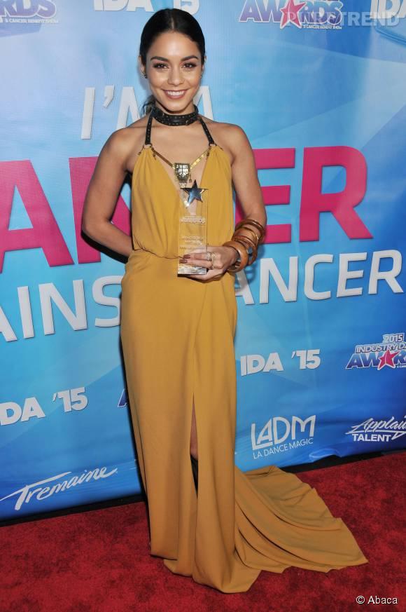 Vanessa Hudgens rayonne dans cette robe longue couleur ocre.