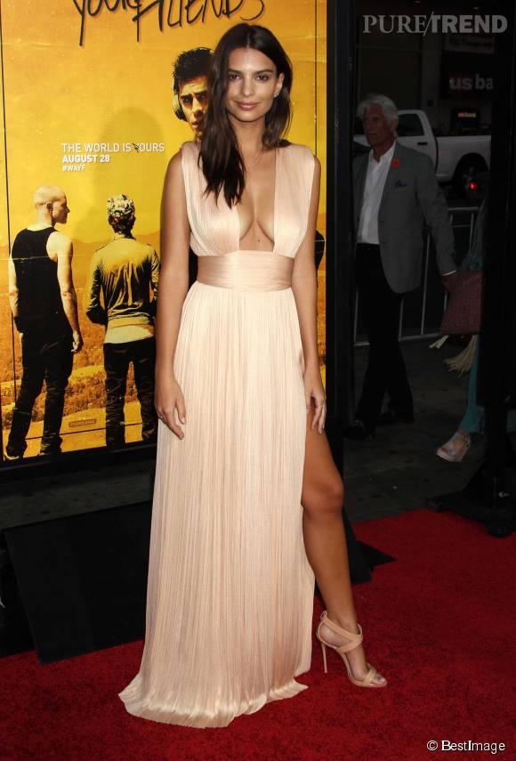 Emily Ratajkowski, une vestale très hot hier à Los Angeles.