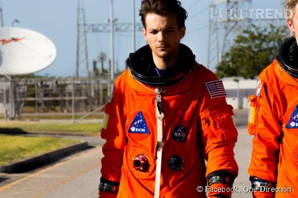 Louis Tomlinson toujours aussi sexy, même en combinaison orange d'astronaute.