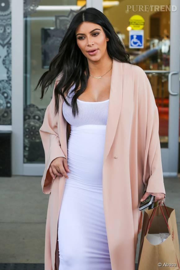 Kim Kardashian ne quitte plus ses robes moulantes.