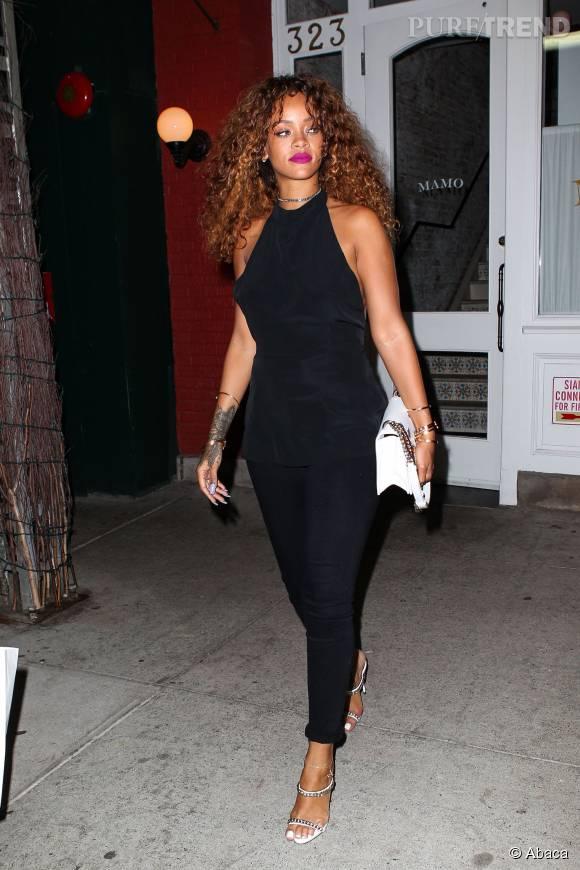 Rihanna, chic et sexy en combi-pantalon noire.