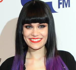 Jessie J illumine sa chevelure avec un tie and dye violet aussi appelé dip dye.
