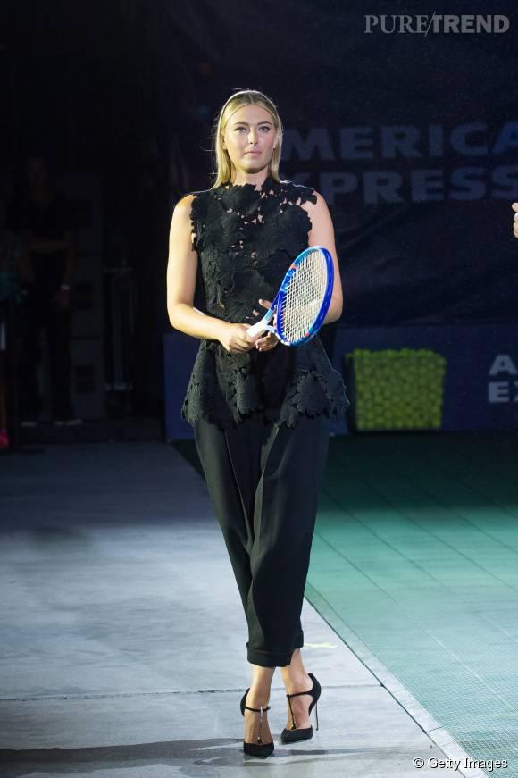 La belle russe peut même jouer au tennis en talons hauts.