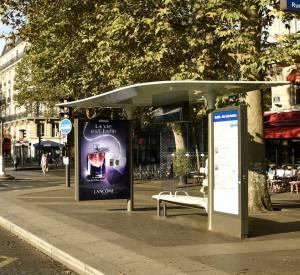 """Lancôme et JCDecaux se sont associés pour faire la promotion de """"La vie est belle, l'eau de parfum intense""""."""