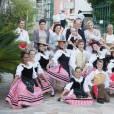 Albert et Charlène de Monaco entourés de danseurs folklorique