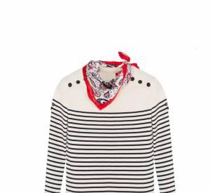 Le pull marin s'associe au foulard à pois.