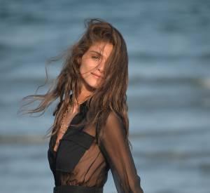 Elisa Sednaoui sublime les cheveux au vent.