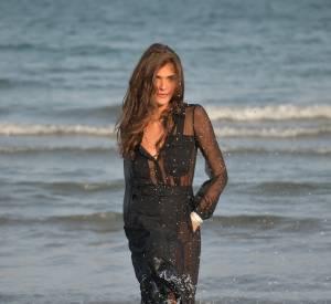 Elisa Sednaoui, plus sirène que jamais, s'éclate en shooting.