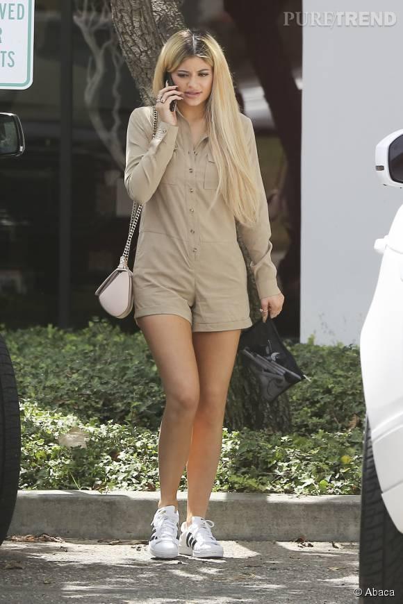 Kylie Jenner, toute en simplicité à Los Angeles dans un combi-short.