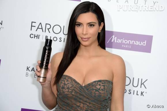 Kim Kardashian présente l'un de ses produits de beauté.