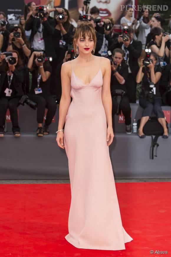 Dakota Johnson joue la carte de la sensualité pour la 72e Mostra de Venise.