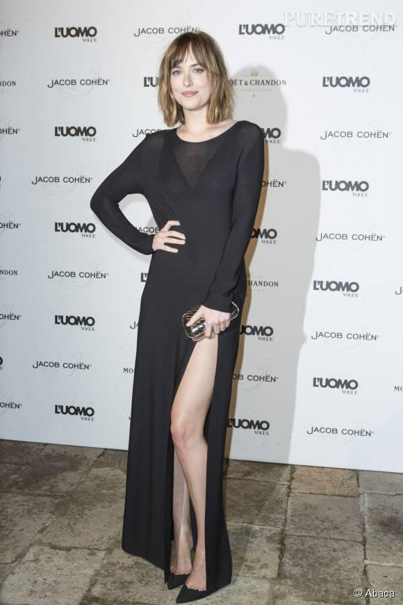Dakota Johnson ose la robe ultra fendue à la cuisse.