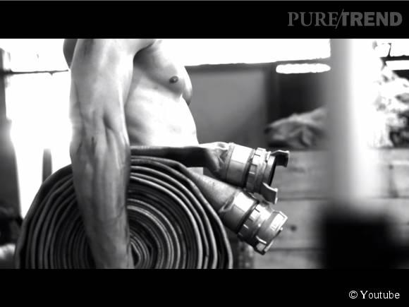 Muscles saillants et lance à incendie, le combo hot.