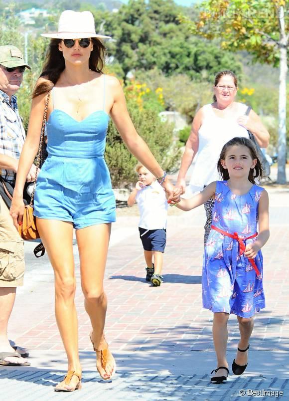 Alessandra Ambrosio, main dans la main avec sa fille Anja.