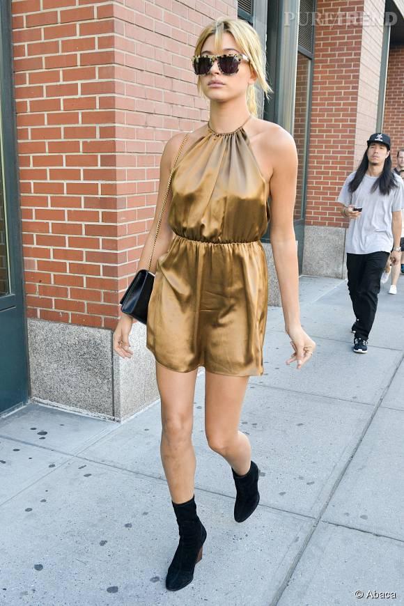 Hailey Baldwin, ultra sexy dans une robe cuivrée et échancrée.