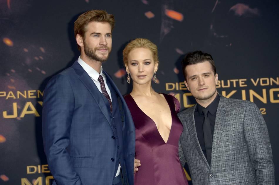 """Jennifer Lawrence, Liam Hemsworth et Josh Hutcherson, trio glamour à l'avant-première de """"La Révolte""""."""