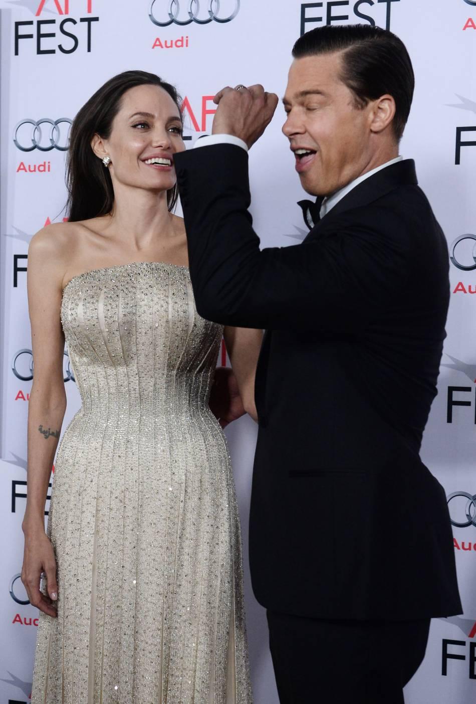 Brad Pitt fait le guignol devant Angelina Jolie, hilare.