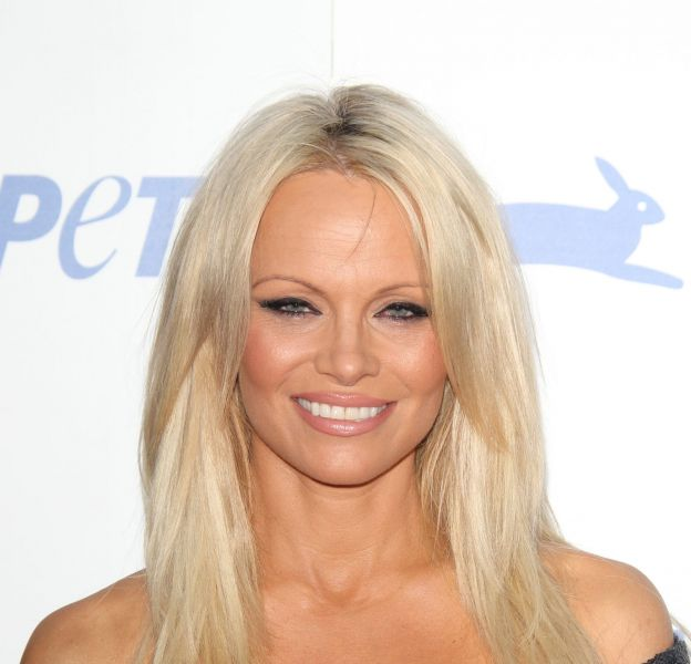 Pamela Anderson pose nue pour annoncer sa guérison de l'hépatite C