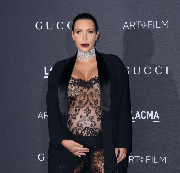 Kim Kardashian s'affiche en combi transparente lors du gala du LACMA Art + Film à Los Angeles