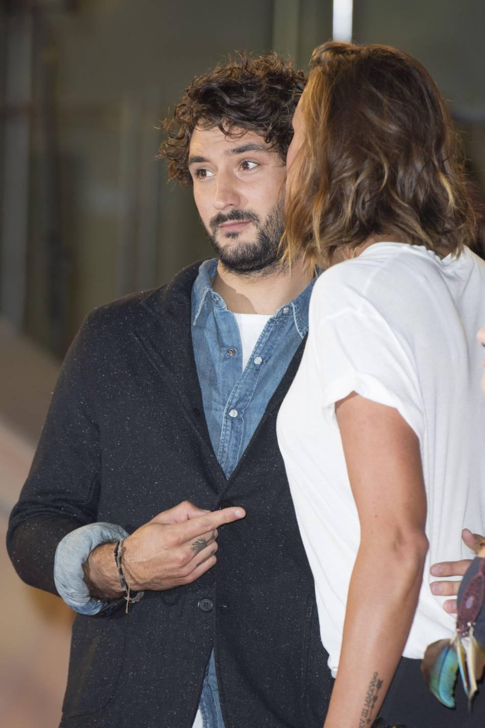 Laure Manaudou, embrassant tendrement son amoureux, le chanteur Jérémy Frérot.