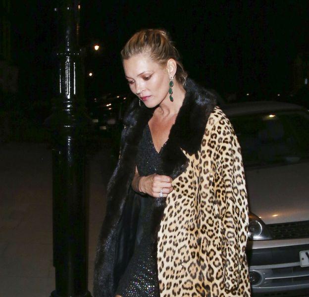 Kate Moss fait la manchette en posant en robe du soirée et cigarette aux lèvres au milieu de la Tamise à Londres.