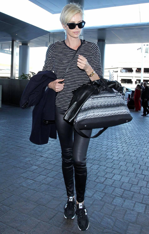 Charlize Theron dans un total look chic mais ultra confortable pour voyager.