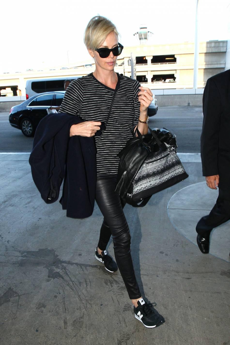 Charlize Theron dans une tenue confortable pour prendre l'avion.