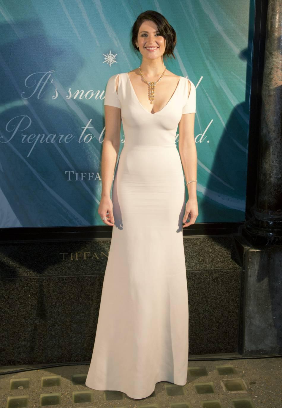 Gemma Arterton, radieuse dans une robe longue et décolletée.
