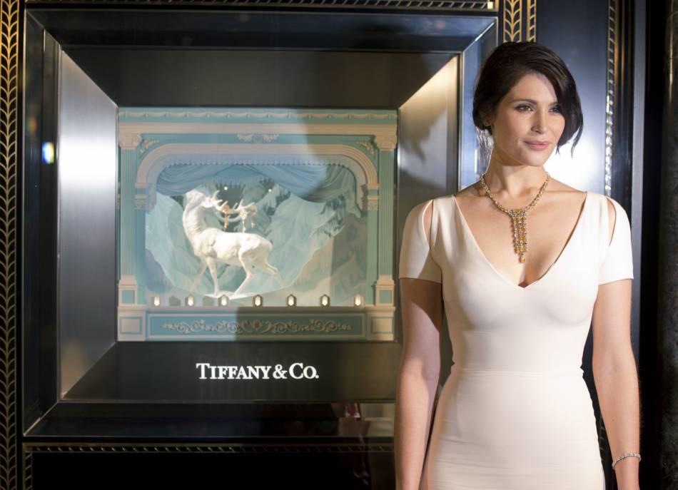 Gemma Arterton était hier à l'inauguration de la vitrine de Noël du magasin Tiffany & Co.