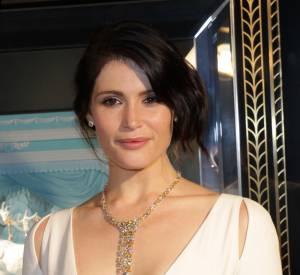 Gemma Arterton porte un collier en cascade en platine et diamants jaunes et blancs signé Tiffany & Co.