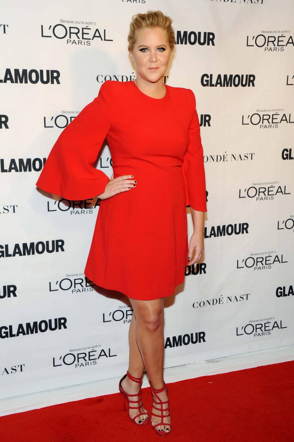 Amy Schumer porte une robe Alexander McQueen et des sandales Giuseppe Zanotti Design aux Glamour Awards le 9 novembre 2015 à New York.