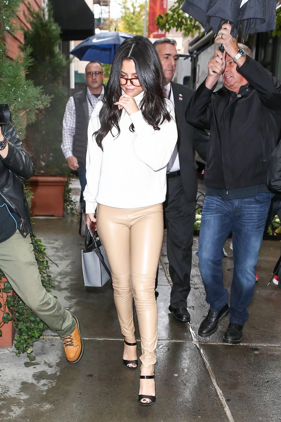 Selena Gomez à New York ce mardi 10 novembre à la sortie des répétitions du show Victoria's Secret 2015
