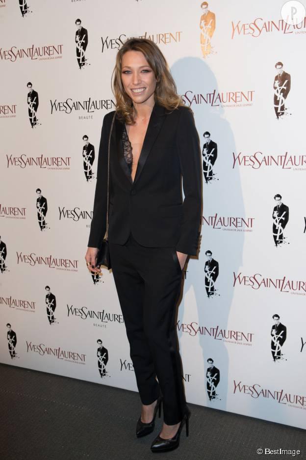 """Laura Smet sans soutien-gorge pour la promotion de """"Yves Saint Laurent"""" en décembre 2013."""