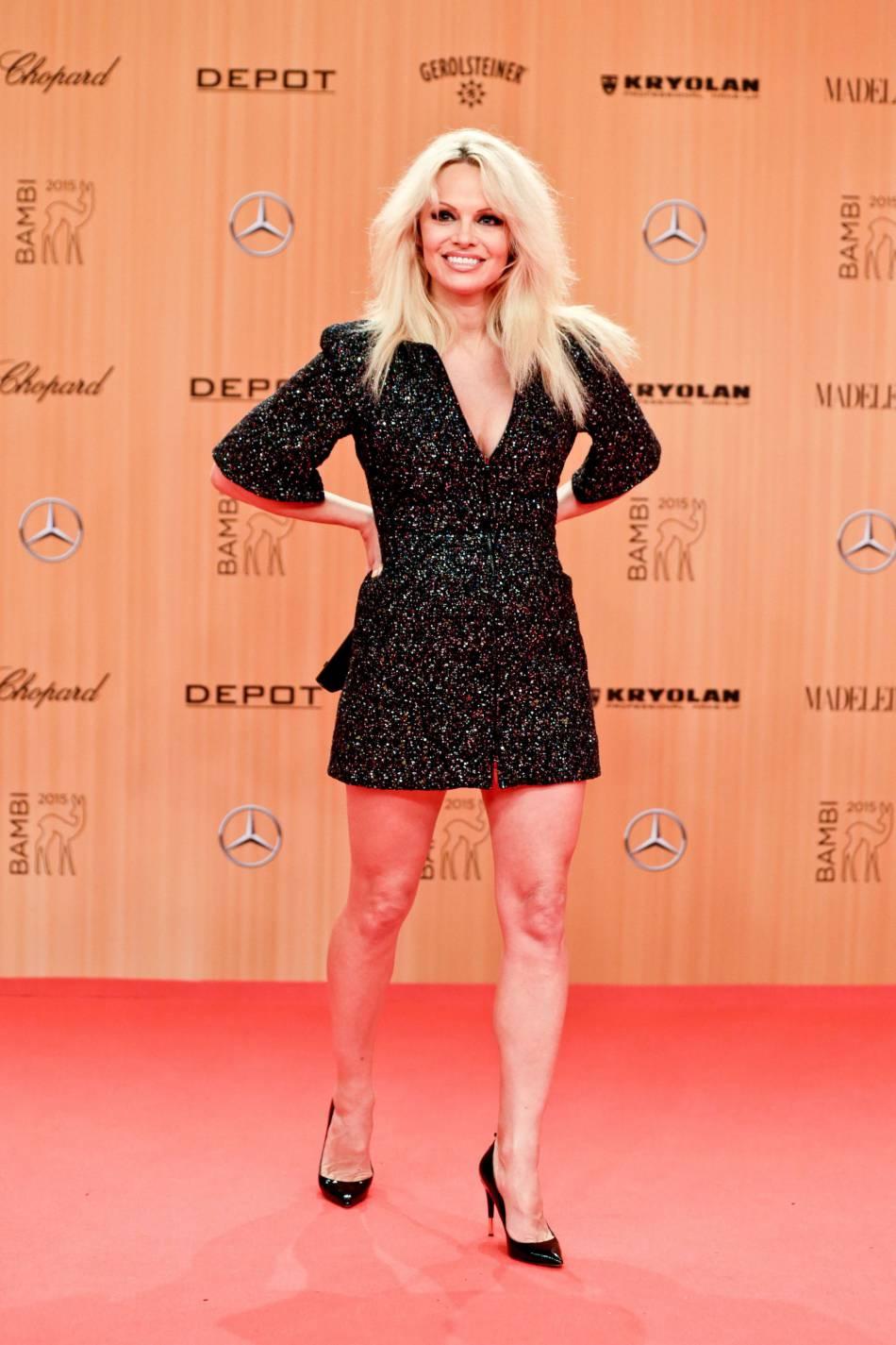 Pamela se montre plus soft que d'habitude avec une petite robe noire.