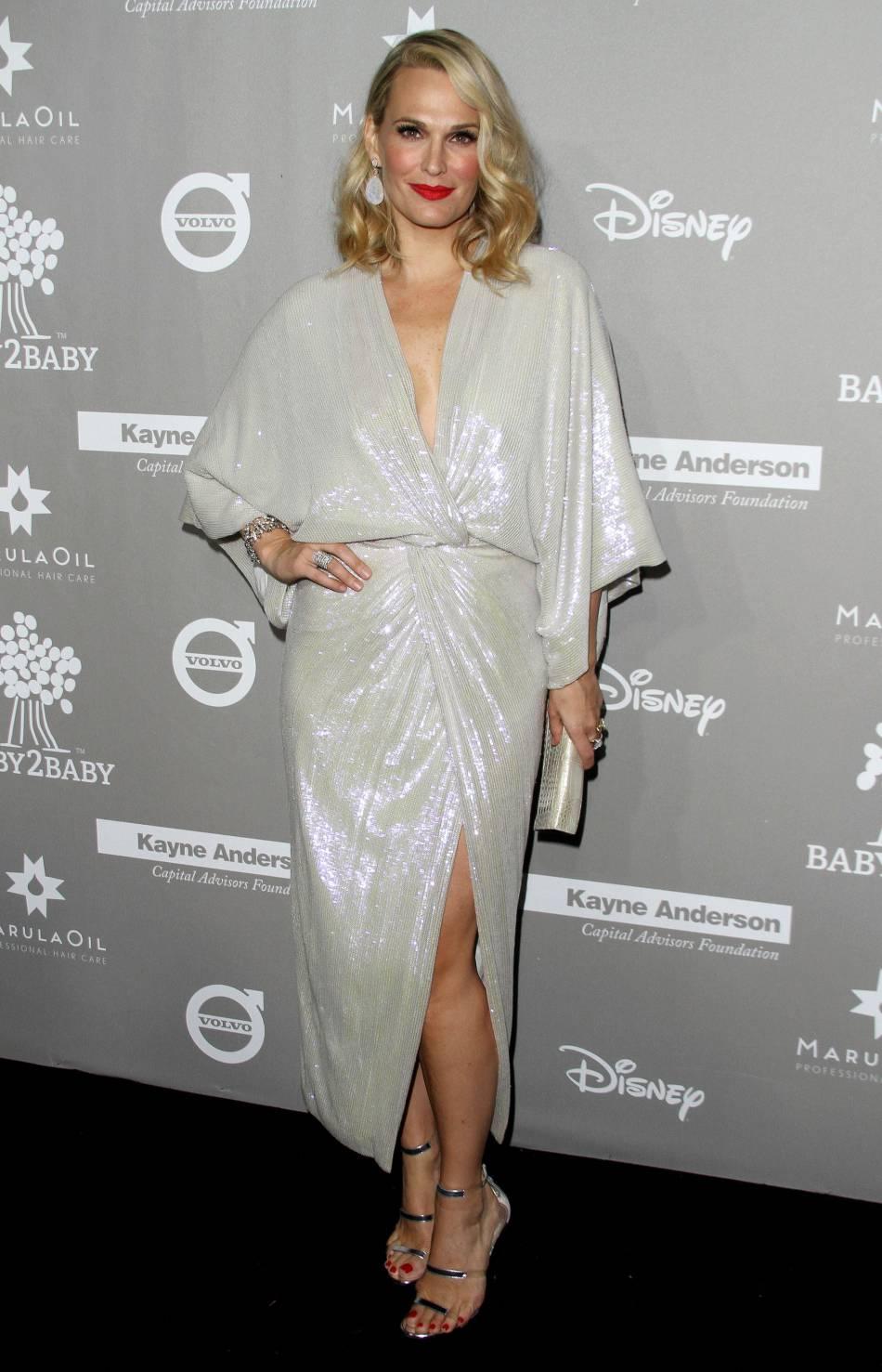 Molly Sims dans une robe Diane Von Furstenberg et chaussée par Tamara Mellon lors du gala Baby2Baby à Los Angeles le 14 novembre 2015.