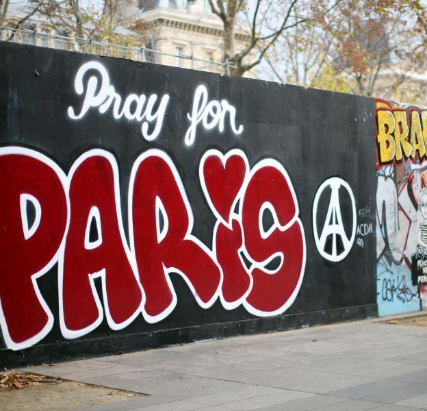 """Pray for Paris, le """"Petit Journal"""" de Canal+ se joint au mouvement."""