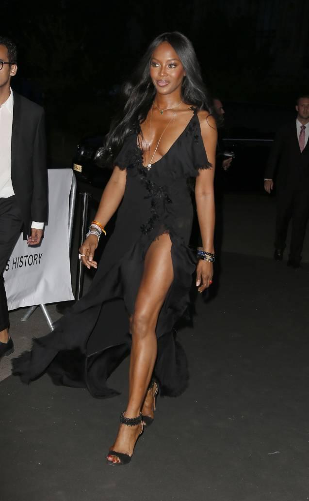 Naomi Campbell : A 45 ans, la Panthère se déshabille pour