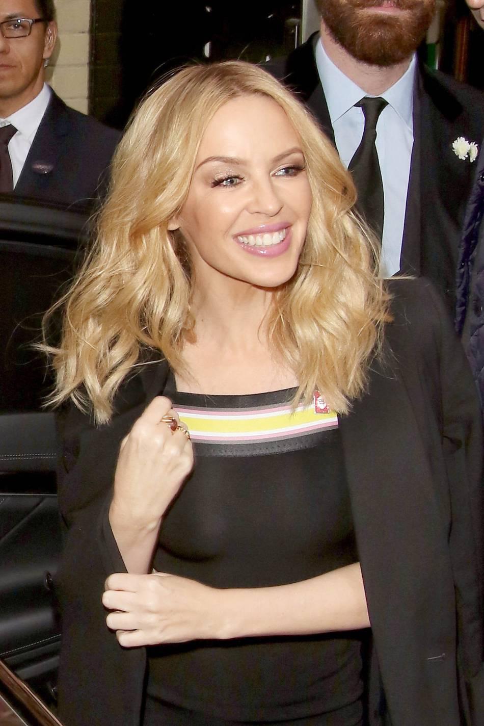 Kylie Minogue radieuse ce dimanche à Londres.