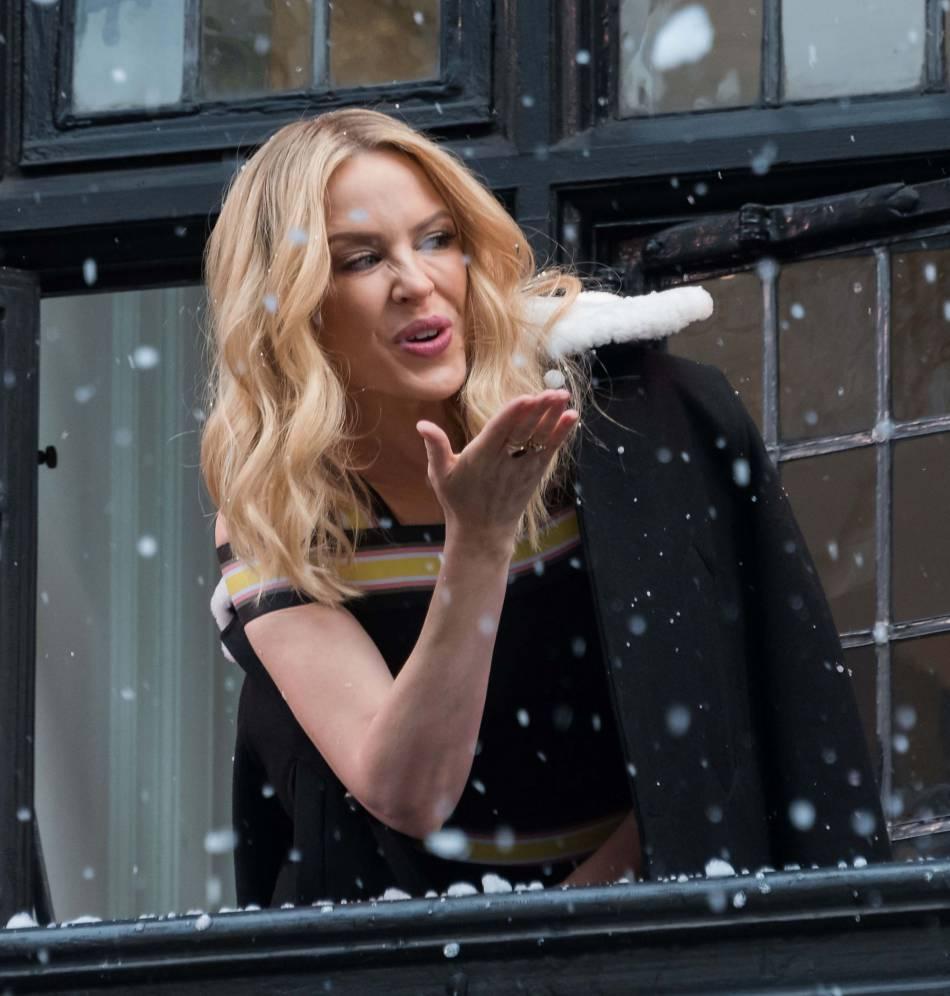 Kylie Minogue au balcon du magasin Liberty London.
