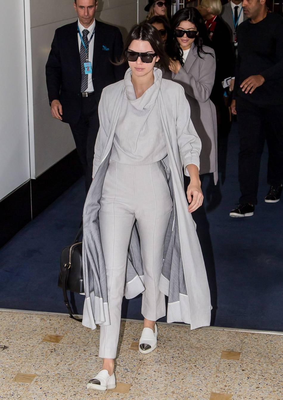 Kendall Jenner a elle opté pour un total look gris pour faire son arrivée en Australie.